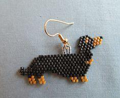 Beaded Dachshund Earrings in Black and Tan door DsBeadedCrochetedEtc