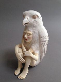 Estas llamativas esculturas de cerámica de híbridos humano-animales exploran las relaciones entre las personas y la naturaleza. Creado por l...