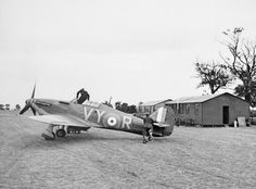 Hurricane VY-R of No 85 Squadron flown by Plt Off Albert G Lewis at Castle Camps July 1940 Navy Aircraft, Ww2 Aircraft, Aircraft Photos, Military Aircraft, Home Guard, Hawker Hurricane, Aviation Image, Ww2 Planes, Battle Of Britain