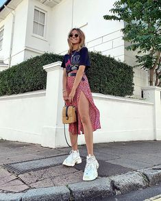 65 Casual And Cute Summer Outfits Ideas to Inspire You Sneakers Outfit Summer, Skirt And Sneakers, Sneakers Street Style, Cute Summer Outfits, Simple Outfits, Spring Outfits, Trendy Outfits, Mode Outfits, Grunge Outfits
