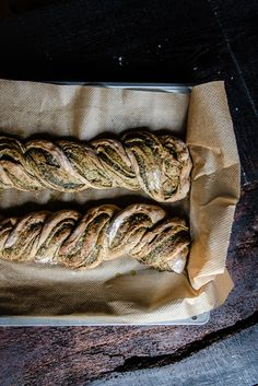 A fluffy yeast dough turns into a hearty yeast zop with spinach pesto. Pesto, Chia Pudding, Bread Baking, Cheesesteak, Italian Recipes, Braids, Snacks, Dinner, Cooking
