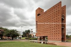"monumento ""cumbre de las americas"" mario botta Conceptual Model Architecture, Facade Architecture, Mario, Contemporary Building, Brick Building, Postmodernism, Modern House Design, Post Modern, Sierra"