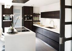 Moderne bruin-witte keuken. Deze moderne keuken bewijst dat je geen enorme ruimte nodig hebt om toch een prachtige keuken te kunnen plaatsen. De meeste keukens hebben lichte kastfronten en een donke