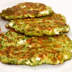 Zucchini-Feta-Puffer Would you like a different side dish? The zucchini feta buffers are not only ea Grilling Recipes, Crockpot Recipes, Chicken Recipes, Dinner Crockpot, Healthy Dinner Recipes, Vegetarian Recipes, Keto Recipes, Low Carb Vegetables, Easy Meals