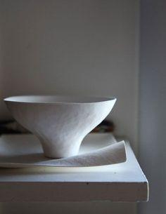 Lucie Rie, ceramic bowl by Leslie Williamson photograph. Ceramic Tableware, Ceramic Clay, Porcelain Ceramics, Ceramic Bowls, Kitchenware, White Ceramics, Pottery Bowls, Ceramic Pottery, Pottery Art