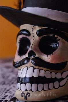 Make your own Halloween masks. The fun (and economic) way to get kids into Halloween! Halloween Skull, Halloween Masks, Holidays Halloween, Halloween Kids, Halloween Crafts, Halloween 2018, Day Of The Dead Diy, Mexico Day Of The Dead, Paper Mache Mask