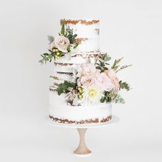 Don't plan your dessert table without looking at these 2018 wedding cake trends first! Wedding cakes have come a long way since the days of a simple fruit Rustic Wedding Cake Toppers, Personalized Wedding Cake Toppers, Elegant Wedding Cakes, Beautiful Wedding Cakes, Gorgeous Cakes, Cake Wedding, Wedding Cake Flowers, Amazing Cakes, Publix Wedding Cake