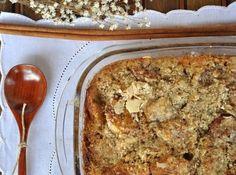 Receita de Bolo Integral de Banana - 5 colheres (sopa) de farinha de trigo, 5 colheres (sopa) de farinha de trigo integral, 10 colheres (sopa) de açúcar orgânico, 1 colher (sopa) de fermento em pó, 6 bananas, 100g de manteiga sem sal em lascas, 4 ovos, opcional: amêndoas em lascas, Cobertura, 1/2 xícara de aveia grossa, 1/2 xícara de açúcar orgânico, 2 colheres de canela em pó
