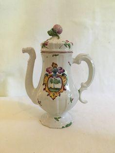 Caffettiera, servizio da caffè. Castelli d'Abruzzo, manifattura Gesualdo Fuina, 1770-1800. Maiolica decorata con colori a piccolo fuoco. Museo della Ceramica Giuseppe Gianetti.