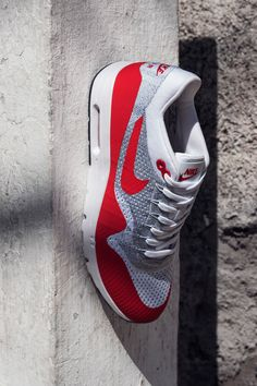 The Air Max 1 Ultra Flyknit goes back to Air Max roots with the classic Sport Red colorway. The difference in this modern version? Lightweight Flyknit that flexes and breathes as you move, and an ultra light cored-out sole that redefines walking on Air.