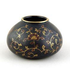 Zsolnay, matt fekete váza arany kontúros virágmintával
