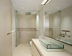 Baño sin ventanas con mamparas de cristal