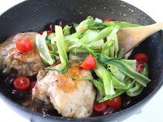 POLLO CON PUNTARELLE E OLIVE DI GAETA 4/5 - Cuocete per altri 10 minuti unendo in ultimo le puntarelle e i pomodorini. Fate insaporire un poco e servite caldo.