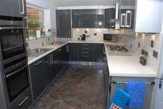 Gloss Kitchens - Grey gloss against stronger colored tiles