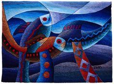 Pescado azul Peces en Azul  Esta pieza está tejida con un telar a mano. Los colores incorporan azul, amarillo, rojo, naranja y marrones.  Este exclusivo tapiz tejido a mano es de la colección del Museo Máximo Laura. Maximo Laura, peruano maestro tejedor, famoso por su contemporáneo tapices siempre cuentan con elementos de la cultura andina.  Características: Tamaño: 33.07 x 46.45 en (84 x 118 cm) Material: Alpaca peruana, algodón y fibras mezcladas. Garantía: Certificado de autenticidad…