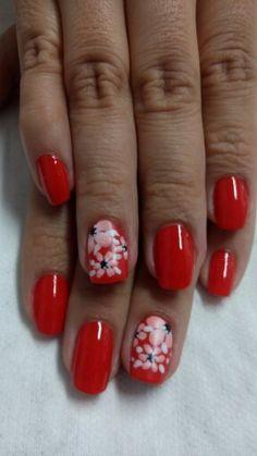 Rojo floral uñas