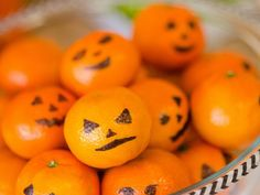 Draw jack-o-lantern faces on clementines for a cute and healthy alternative to candy! Halloween Party Snacks, Halloween Party Kinder, Diy Halloween, Buffet Halloween, Couples Halloween, Cute Couple Halloween Costumes, Hallowen Food, Healthy Halloween, Halloween Dinner