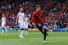 Sundulan Pique Menangkan Spanyol