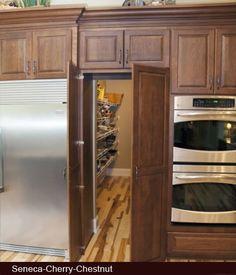 【実用性と遊び心】チェリーブラウンのキッチンとその奥のパントリー