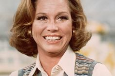 A pop-culture icon who became a torch bearer for the changing perception of women in television, Mary Tyler Moore died Wednesday in a Connecticut hospital. 1970s Tv Shows, Nbc Nightly News, Childhood Tv Shows, Mary Tyler Moore, Nbc News, Old Hollywood, Favorite Tv Shows, Pop Culture, Celebrities