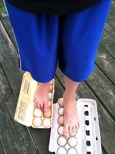 Try this amazing egg walk experiment before dying your Easter eggs this year!   http://www.greenkidcrafts.com/egg-walk-experiment/