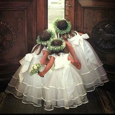 The flower girls have it all under control #flowergirl #wedding #weddingday #brideandgroom #bridesmaids #destinationwedding #italy #uk #church #ido #foreverlove #whiteandgreen http://gelinshop.com/ipost/1524924889403648924/?code=BUpnxuGDmuc