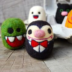 SO CUTE! needle felted toys I love to needle felt. This lady has made some beautiful needle felt dolls. Halloween Doll, Cute Halloween, Halloween Masks, Halloween Crafts, Wet Felting, Needle Felting, Bowling Ball Art, Egg Toys, All Things Cute