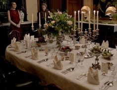 How To Throw A Historically Accurate Downton Abbey Dinner Party - - Bonus points if you dress up like Carson. Negative points if you dress up like Thomas. Downton Abbey Season 3, Downton Abbey Fashion, Party Decoration, Room Decorations, Cena Formal, Dinner Party Table, Dinner Parties, Dining Etiquette, Formal Dinner