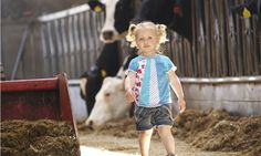 Papa helpen in de stal op FarmCamps 't Looveld helpen in de koeienstal