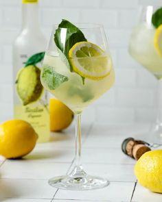 Limoncello Cocktails, Limoncello Recipe, Homemade Limoncello, Cocktail Drinks, Cocktail Recipes, Aperitif Drinks, Basil Cocktail, Alcoholic Beverages, Margaritas