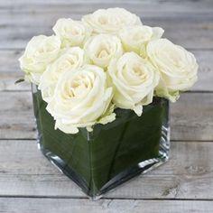 centro bajo con flores blancas