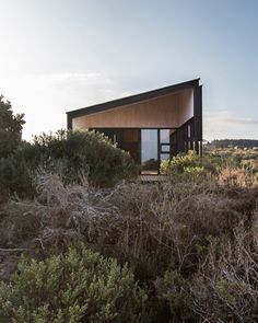Designed by Chilean architect firm WHALE!, Stranded House is a three-bedroom clifftop beach house overlooks an estuary that leads to the Pacific Ocean. Architecture Design, Cabinet D Architecture, Residential Architecture, Contemporary Architecture, Porches, Decoration Shop, Villa, Wooden House, 3d Max