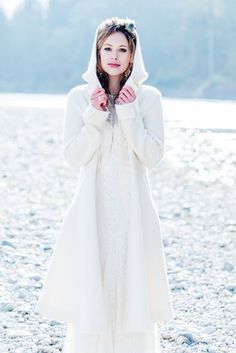 Brautmantel zum Boho Brautkleid für die Winterhochzeit / Bridal coat for a winter wedding (www.noni-mode.de - Foto: Kitty Fried)