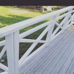 Projekt altan är igång och vi kom fram till detta altanräcke och brunoljat golv. Längtar som en tok (bild från Google) Hoppas du har… Veranda Railing, Front Porch Railings, Balcony Railing Design, Backyard Projects, Outdoor Projects, White Porch, Cabana, Building A Cabin, Curb Appeal