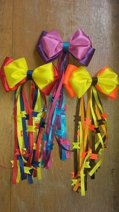 enfeite de cabelo festa junina Ribbon Hair Bows, Ribbon Work, Bow Hair Clips, Flower Hair Clips, Unique Hair Bows, Homemade Bows, Operation Christmas Child, Ribbon Crafts, Diy Flowers