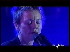 ▶ Beginning French (in Italian) & O Superman - Laurie Anderson Live in San Remo 2001 - YouTube