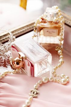 Ana Rosa, Miss Dior & Pearls by VoyageVisuel Perfume Chanel, Chanel Pearls, Pink Pearls, Perfume Scents, Perfume Fragrance, Coco Chanel, Perfume Tommy Girl, Perfume Good Girl, Makeup Products