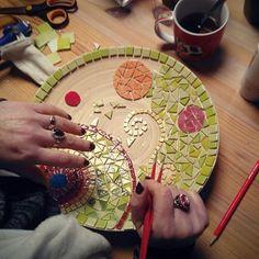 Les ateliers mosaïque reprennent ! Venez découvrir la mosaïque et apprendre les techniques de ce bel art décoratif.  Au fil des séances tesselles pinces couleurs et colle font prendre vie aux motifs. Le tout autour dun petit thé et une chouette ambiance détendue.   Première séance : vendredi 23 mars de 10h à 12h  Plus d'info sur www.creathome.net #creathome #mosaique #atelier #art #deco