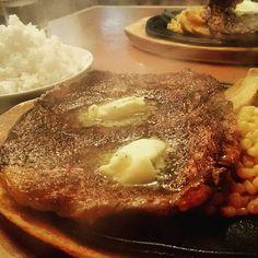 仕事帰りに親友とステーキ🍴😋 俺の分のライス量がおかしいでしょ🗻✨ COCOPERIステーキ✔ ・ ・ ・ #ステーキ #肉 #ビーフ #プロテイン #山盛りライス #筋トレ #決断力 #迷い #満腹 #うまい #夕食 #ディナー #steak #meat #beef #protein #rice #training #workout #ootd #dinner #delicious #myself #motivation #mylife #mind #bestfriend #worldpeace #世界平和