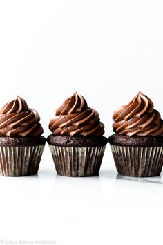 Use this as your complete guide for making homemade chocolate ganache. Chocolate ganache is a 2 ingredient recipe whose uses are virtually endless. Cheap Chocolate, How To Make Chocolate, Homemade Chocolate, Chocolate Recipes, Chocolate Chocolate, Chocolate Lovers, Chocolate Treats, Whipped Chocolate Ganache, Chocolate Cupcakes