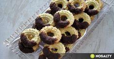 Vaníliás karika csokoládéba mártva recept képpel. Hozzávalók és az elkészítés részletes leírása. A vaníliás karika csokoládéba mártva elkészítési ideje: 35 perc Hungarian Cake, Hungarian Recipes, Eid, Cookie Decorating, Doughnut, Fudge, Christmas Holidays, Biscuits, Muffins