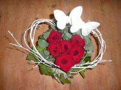 Bloemstukje met rode rozen en vlinders