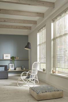 Wit houten jaloezieën en mooie kleur wand