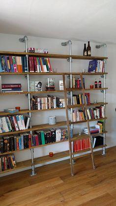 Robuuste en sfeervolle boekenkast met de buizen en buiskoppelingen van Buiskoppelingshop. Wat een topper! #boekenkast #steigerbuis #buiskoppeling #woonkamerinspiratie