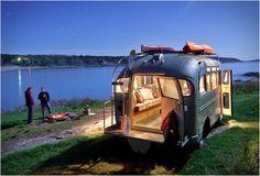 ÔNIBUS RESTAURADO PARA CAMPISMO - SHORT BUS RETRO  Ao longo dos anos temos apresentado muitos veículos de aventura, mas nada tão especial como este, um ônibus de old-school americano convertido em uma casa de  campismo.