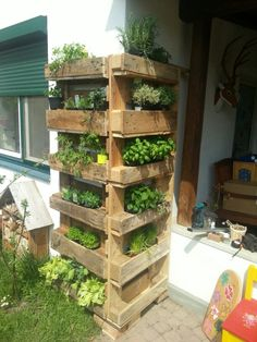 Easiest DIY Projects with Wooden Pallets Pallet Vertical Planter Herb Garden Pallet, Herb Garden Design, Diy Herb Garden, Vegetable Garden Design, Garden Tips, Vertical Planter, Garden Projects, Pallet Projects, Backyard Projects