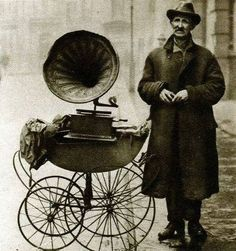 Street gramophone player. London, 1920.