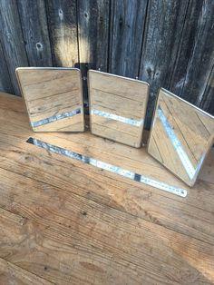 Miroir de Barbier Triptyque, Miroir Biseauté, Miroir à suspendre avec chainette France Vintage 1950  Joli miroir de barbier en 3 parties repliables, avec de très beaux miroirs biseautés cadre en métal chromé et une chainette de suspension. Dos imprimés. Cela en fait un grand modèle