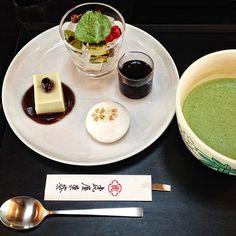 le plateau du salon de thé Toraya de Kyoto à l'heure du thé. Juste ci dessus, la carte Google que j'ai concoctée pour vous sur laquelle vous...