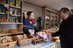 Det er liv i de gamle butikkene på Norsk Folkemuseum.                     Foto: Odd Roar Lange
